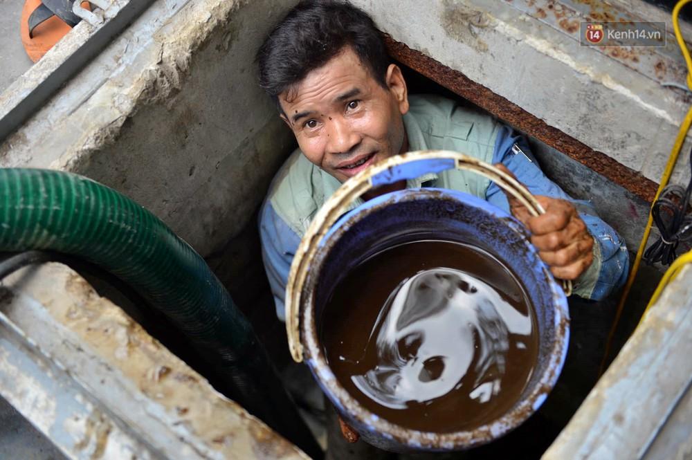 Ảnh: Dầu lắng cặn, bốc mùi nồng nặc khi thau rửa bể nước tại khu đô thị Hà Nội sau sự cố ô nhiễm nước sông Đà - Ảnh 4.