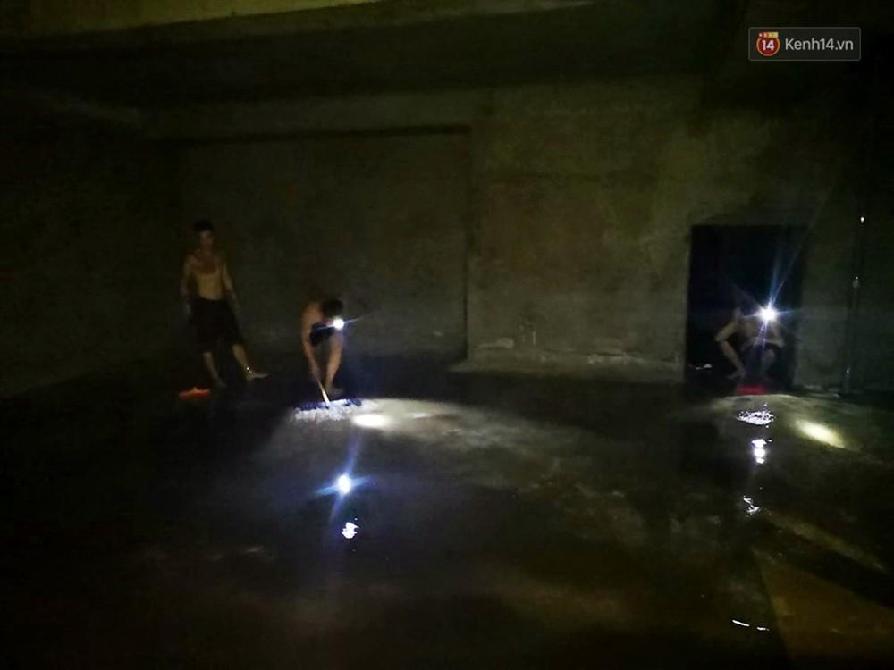 Ảnh: Dầu lắng cặn, bốc mùi nồng nặc khi thau rửa bể nước tại khu đô thị Hà Nội sau sự cố ô nhiễm nước sông Đà - Ảnh 7.