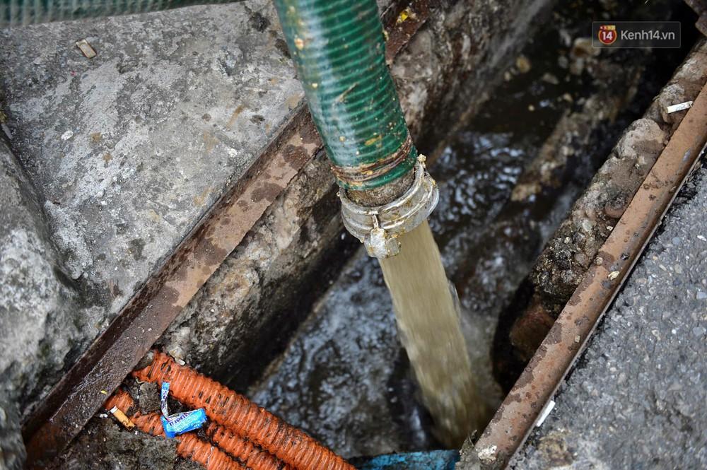 Ảnh: Dầu lắng cặn, bốc mùi nồng nặc khi thau rửa bể nước tại khu đô thị Hà Nội sau sự cố ô nhiễm nước sông Đà - Ảnh 16.