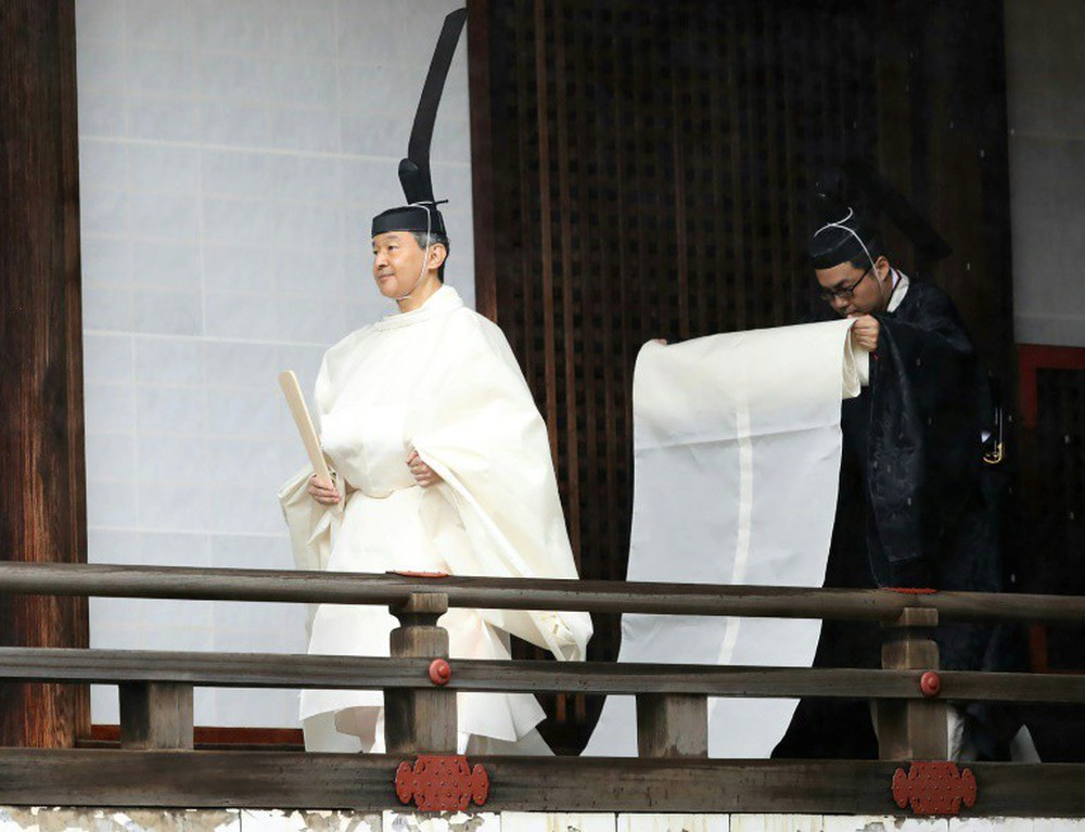 Nhật Hoàng và Hoàng hậu mặc trang phục trắng chuẩn bị bái tổ tiên trước lễ đăng cơ trong ngày mưa như trút - Ảnh 2.