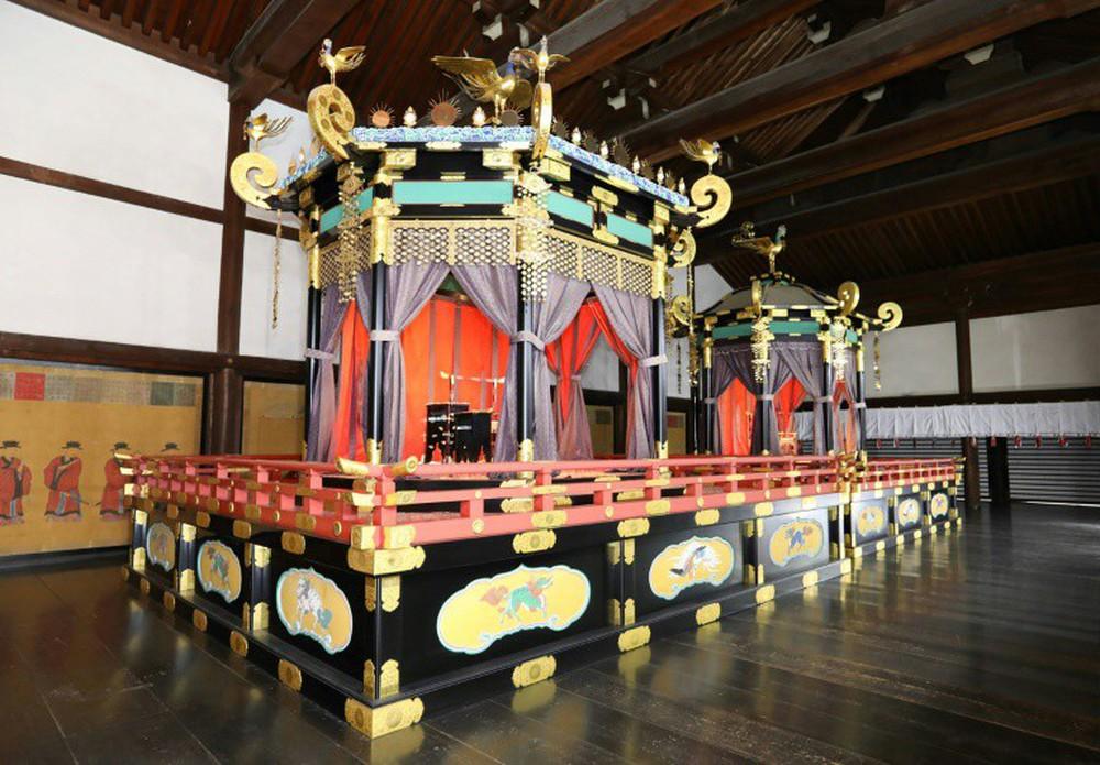Nhật Hoàng và Hoàng hậu mặc trang phục trắng chuẩn bị bái tổ tiên trước lễ đăng cơ trong ngày mưa như trút - Ảnh 15.