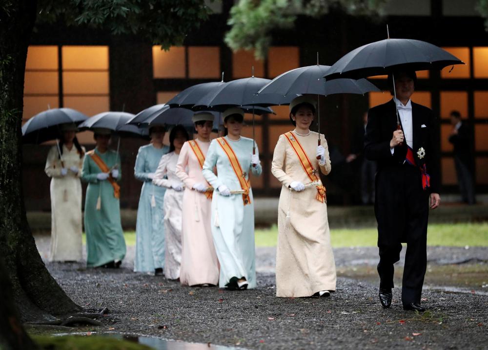 Nhật Hoàng và Hoàng hậu mặc trang phục trắng chuẩn bị bái tổ tiên trước lễ đăng cơ trong ngày mưa như trút - Ảnh 14.