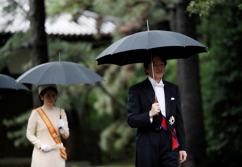 Nhật Hoàng và Hoàng hậu mặc trang phục trắng chuẩn bị bái tổ tiên trước lễ đăng cơ trong ngày mưa như trút - Ảnh 13.