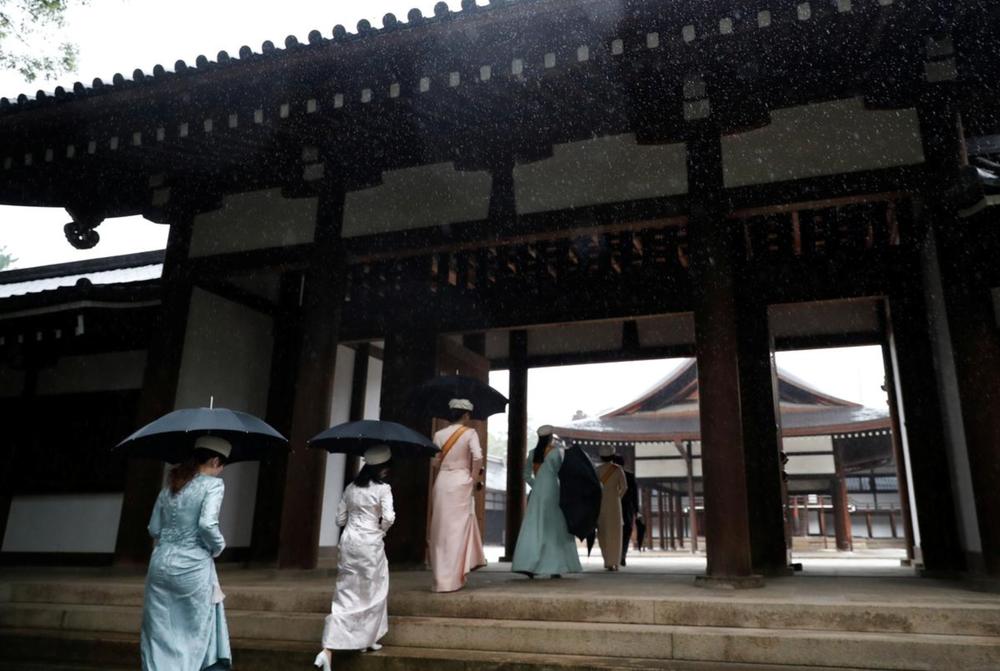 Nhật Hoàng và Hoàng hậu mặc trang phục trắng chuẩn bị bái tổ tiên trước lễ đăng cơ trong ngày mưa như trút - Ảnh 12.