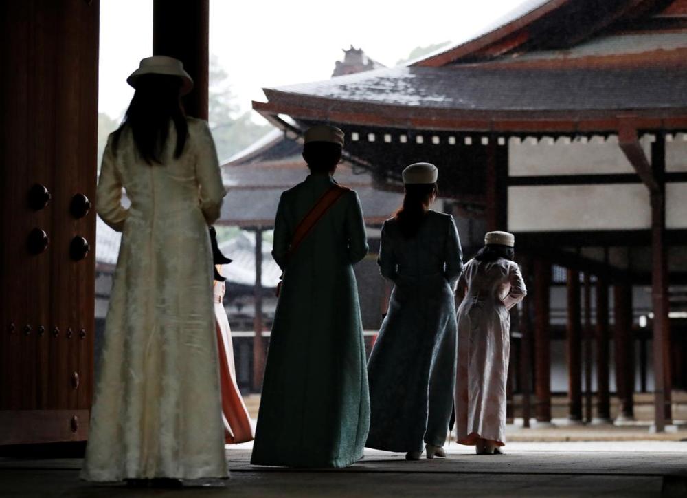 Nhật Hoàng và Hoàng hậu mặc trang phục trắng chuẩn bị bái tổ tiên trước lễ đăng cơ trong ngày mưa như trút - Ảnh 11.