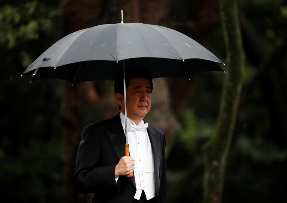 Nhật Hoàng và Hoàng hậu mặc trang phục trắng chuẩn bị bái tổ tiên trước lễ đăng cơ trong ngày mưa như trút - Ảnh 10.