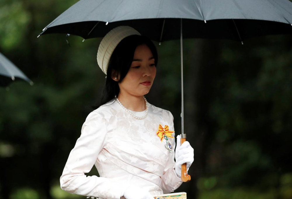Nhật Hoàng và Hoàng hậu mặc trang phục trắng chuẩn bị bái tổ tiên trước lễ đăng cơ trong ngày mưa như trút - Ảnh 9.