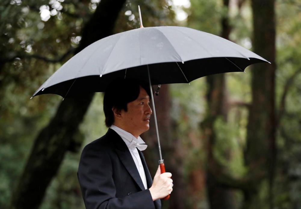 Nhật Hoàng và Hoàng hậu mặc trang phục trắng chuẩn bị bái tổ tiên trước lễ đăng cơ trong ngày mưa như trút - Ảnh 7.