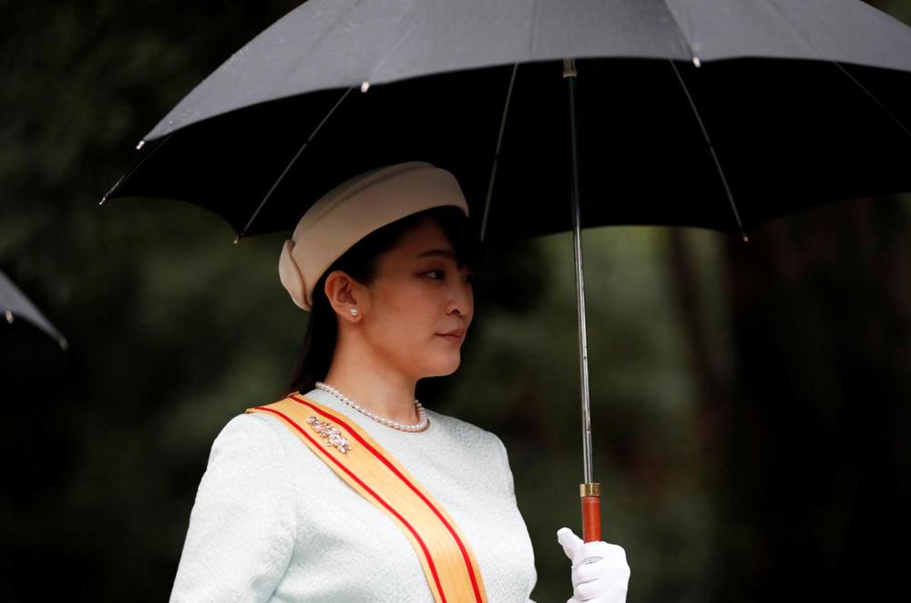 Nhật Hoàng và Hoàng hậu mặc trang phục trắng chuẩn bị bái tổ tiên trước lễ đăng cơ trong ngày mưa như trút - Ảnh 8.