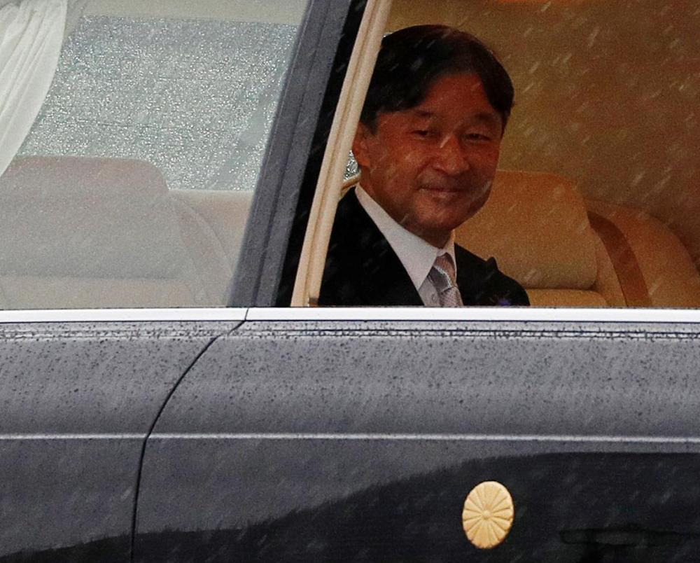 Nhật Hoàng và Hoàng hậu mặc trang phục trắng chuẩn bị bái tổ tiên trước lễ đăng cơ trong ngày mưa như trút - Ảnh 5.