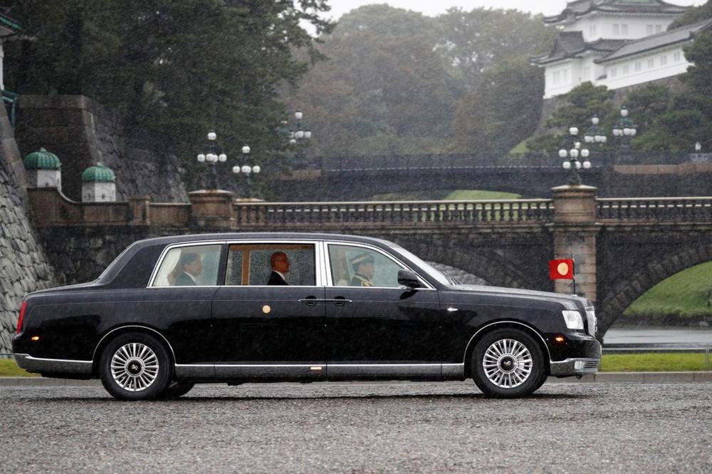 Nhật Hoàng và Hoàng hậu mặc trang phục trắng chuẩn bị bái tổ tiên trước lễ đăng cơ trong ngày mưa như trút - Ảnh 4.