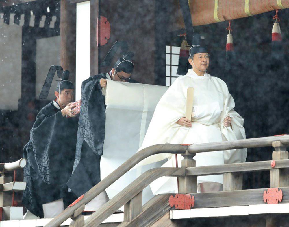 Nhật Hoàng và Hoàng hậu mặc trang phục trắng chuẩn bị bái tổ tiên trước lễ đăng cơ trong ngày mưa như trút - Ảnh 1.