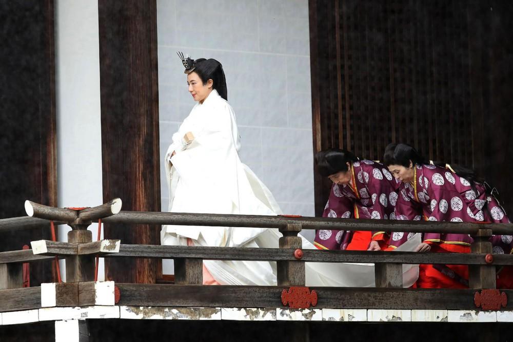 Nhật Hoàng và Hoàng hậu mặc trang phục trắng chuẩn bị bái tổ tiên trước lễ đăng cơ trong ngày mưa như trút - Ảnh 3.