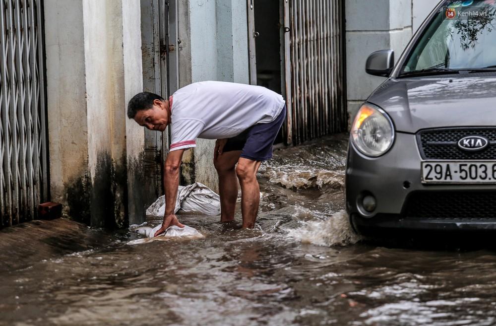Chùm ảnh: Khách Tây trên Phố nhà giàu Sài Gòn nhăn mặt vì lội nước đẩy bộ xe chết máy trong ngày triều cường đạt đỉnh - Ảnh 16.