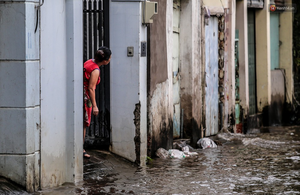 Chùm ảnh: Khách Tây trên Phố nhà giàu Sài Gòn nhăn mặt vì lội nước đẩy bộ xe chết máy trong ngày triều cường đạt đỉnh - Ảnh 15.