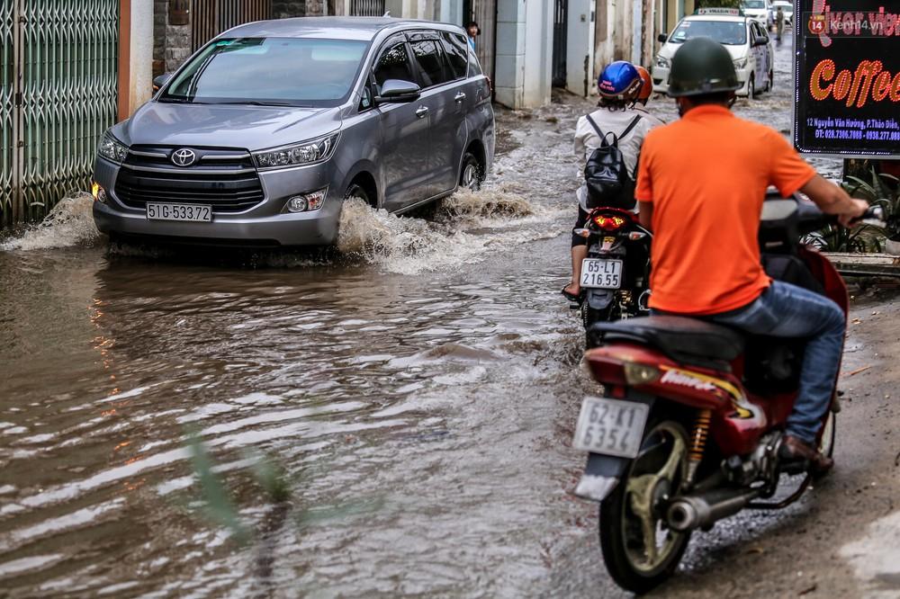 Chùm ảnh: Khách Tây trên Phố nhà giàu Sài Gòn nhăn mặt vì lội nước đẩy bộ xe chết máy trong ngày triều cường đạt đỉnh - Ảnh 13.