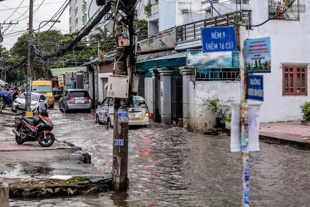 Chùm ảnh: Khách Tây trên Phố nhà giàu Sài Gòn nhăn mặt vì lội nước đẩy bộ xe chết máy trong ngày triều cường đạt đỉnh - Ảnh 3.
