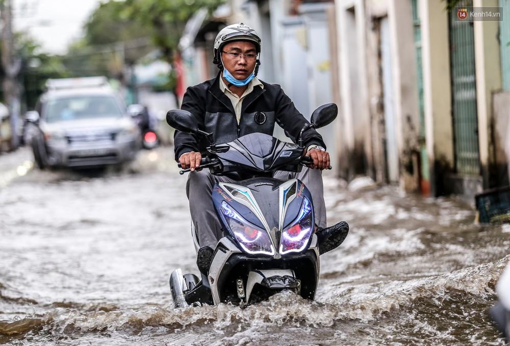 Chùm ảnh: Khách Tây trên Phố nhà giàu Sài Gòn nhăn mặt vì lội nước đẩy bộ xe chết máy trong ngày triều cường đạt đỉnh - Ảnh 8.