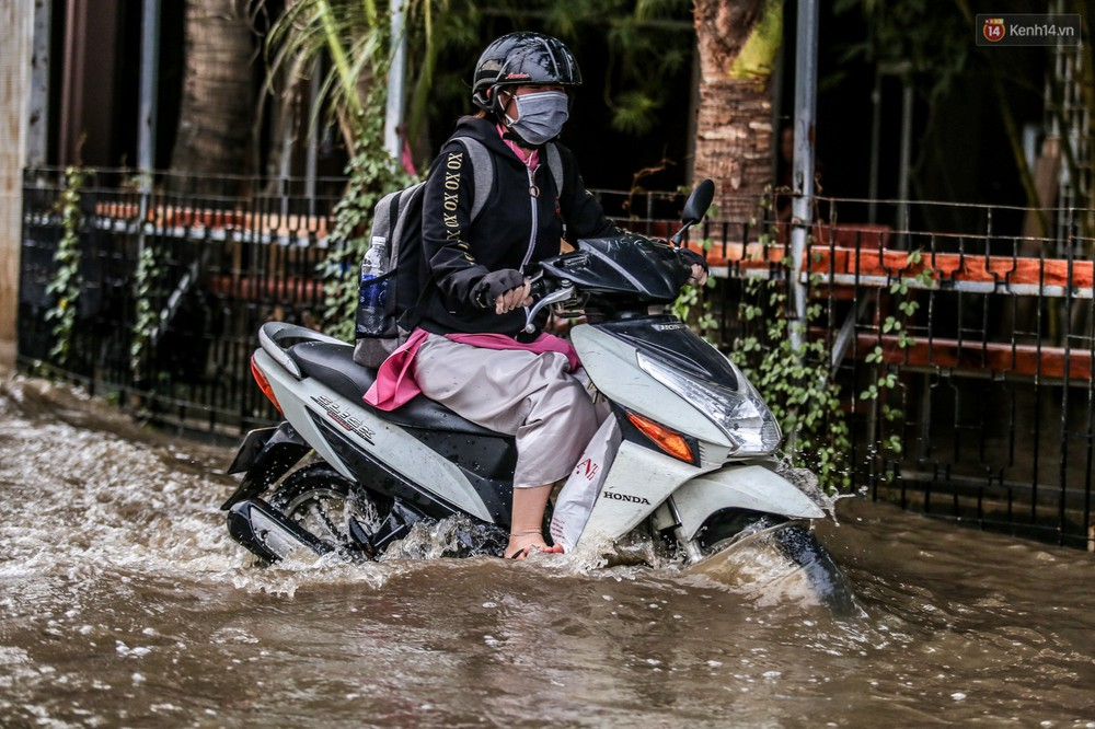 Chùm ảnh: Khách Tây trên Phố nhà giàu Sài Gòn nhăn mặt vì lội nước đẩy bộ xe chết máy trong ngày triều cường đạt đỉnh - Ảnh 9.