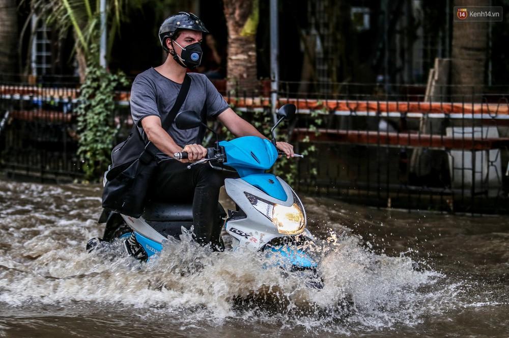 Chùm ảnh: Khách Tây trên Phố nhà giàu Sài Gòn nhăn mặt vì lội nước đẩy bộ xe chết máy trong ngày triều cường đạt đỉnh - Ảnh 6.