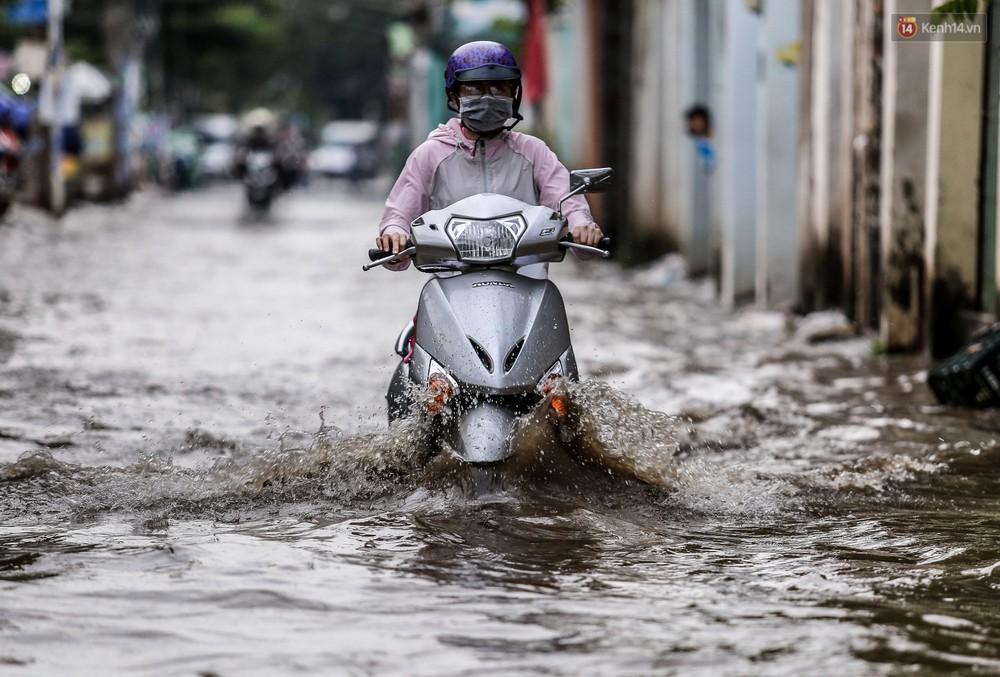 Chùm ảnh: Khách Tây trên Phố nhà giàu Sài Gòn nhăn mặt vì lội nước đẩy bộ xe chết máy trong ngày triều cường đạt đỉnh - Ảnh 11.