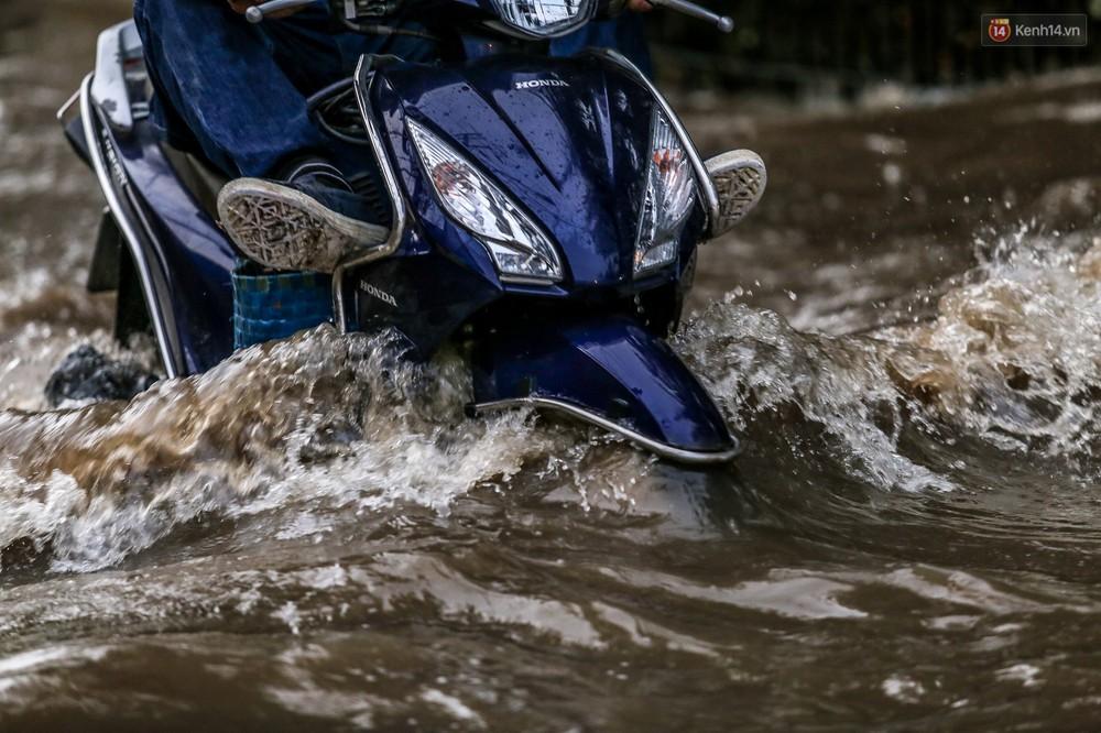 Chùm ảnh: Khách Tây trên Phố nhà giàu Sài Gòn nhăn mặt vì lội nước đẩy bộ xe chết máy trong ngày triều cường đạt đỉnh - Ảnh 10.