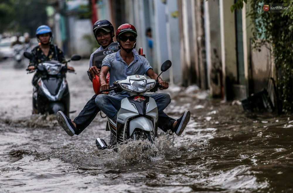 Chùm ảnh: Khách Tây trên Phố nhà giàu Sài Gòn nhăn mặt vì lội nước đẩy bộ xe chết máy trong ngày triều cường đạt đỉnh - Ảnh 12.