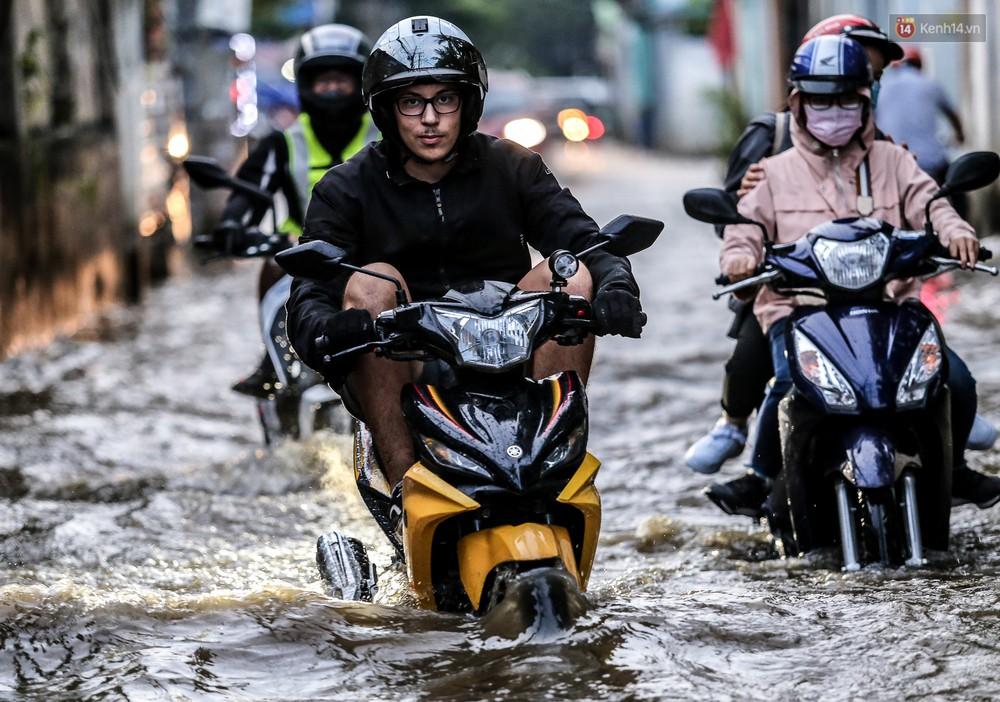 Chùm ảnh: Khách Tây trên Phố nhà giàu Sài Gòn nhăn mặt vì lội nước đẩy bộ xe chết máy trong ngày triều cường đạt đỉnh - Ảnh 5.