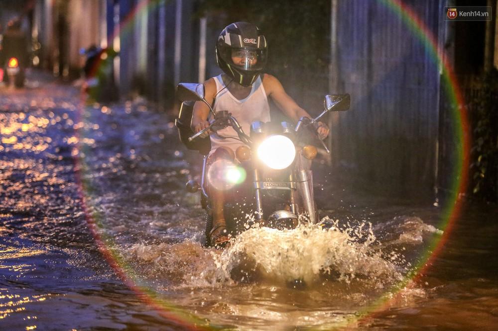 Chùm ảnh: Khách Tây trên Phố nhà giàu Sài Gòn nhăn mặt vì lội nước đẩy bộ xe chết máy trong ngày triều cường đạt đỉnh - Ảnh 19.