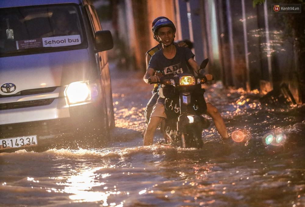 Chùm ảnh: Khách Tây trên Phố nhà giàu Sài Gòn nhăn mặt vì lội nước đẩy bộ xe chết máy trong ngày triều cường đạt đỉnh - Ảnh 20.