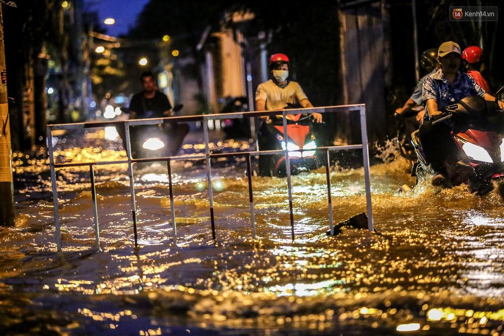 Chùm ảnh: Khách Tây trên Phố nhà giàu Sài Gòn nhăn mặt vì lội nước đẩy bộ xe chết máy trong ngày triều cường đạt đỉnh - Ảnh 18.