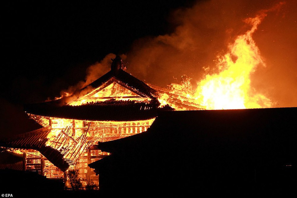 Khoảnh khắc kinh hoàng khi lâu đài Shuri 600 năm tuổi của Nhật Bản chìm trong biển lửa - Ảnh 1.