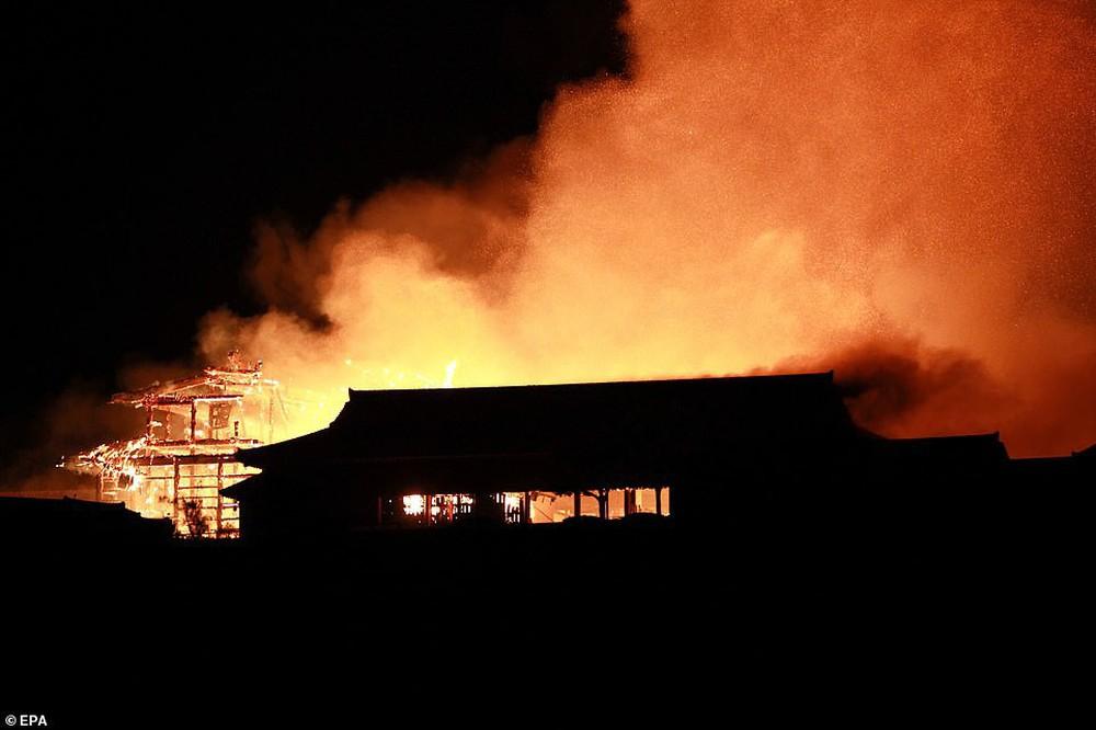 Khoảnh khắc kinh hoàng khi lâu đài Shuri 600 năm tuổi của Nhật Bản chìm trong biển lửa - Ảnh 2.