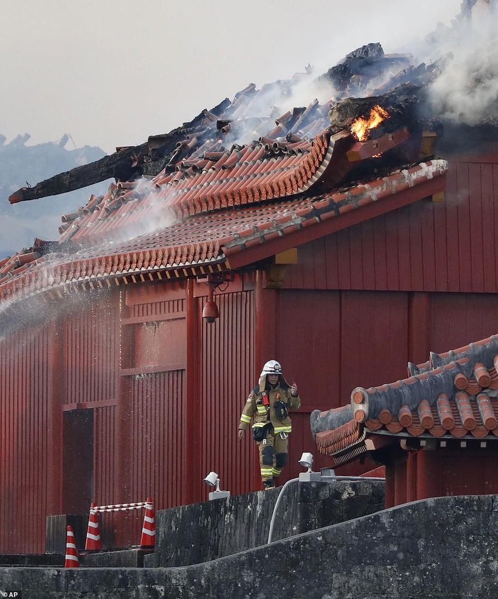 Khoảnh khắc kinh hoàng khi lâu đài Shuri 600 năm tuổi của Nhật Bản chìm trong biển lửa - Ảnh 8.