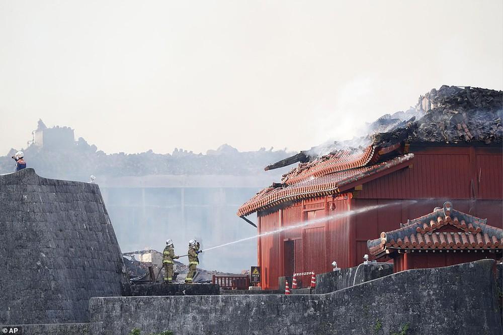 Khoảnh khắc kinh hoàng khi lâu đài Shuri 600 năm tuổi của Nhật Bản chìm trong biển lửa - Ảnh 9.