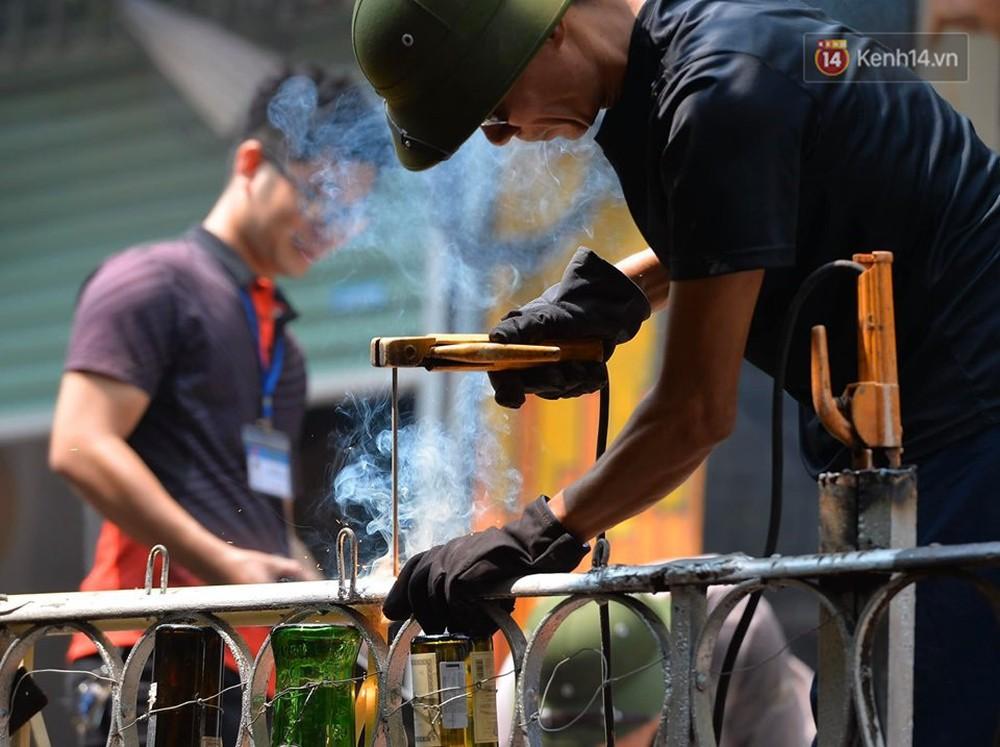 Chùm ảnh: Rào lại các lối lên tự phát, đèn lồng trang trí bị gỡ bỏ nhưng phố đường tàu Hà Nội vẫn đông đúc ngày sáng cuối tuần - Ảnh 1.