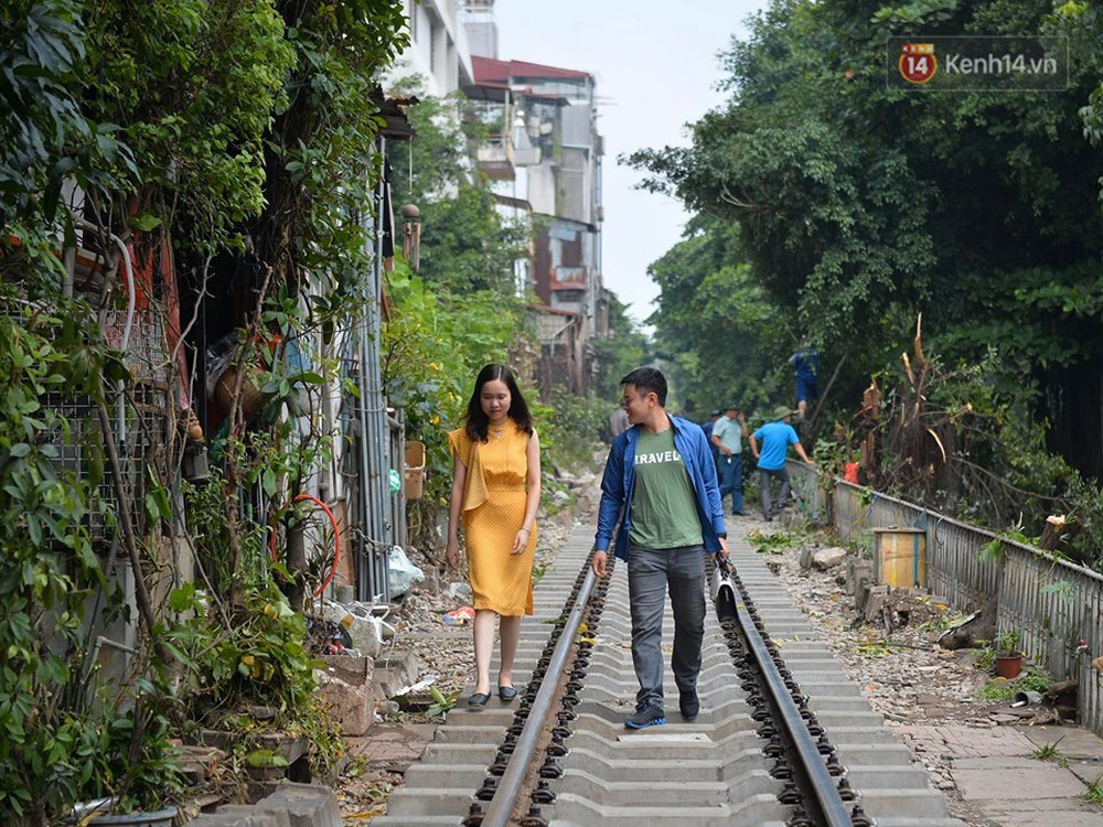 Chùm ảnh: Rào lại các lối lên tự phát, đèn lồng trang trí bị gỡ bỏ nhưng phố đường tàu Hà Nội vẫn đông đúc ngày sáng cuối tuần - Ảnh 10.