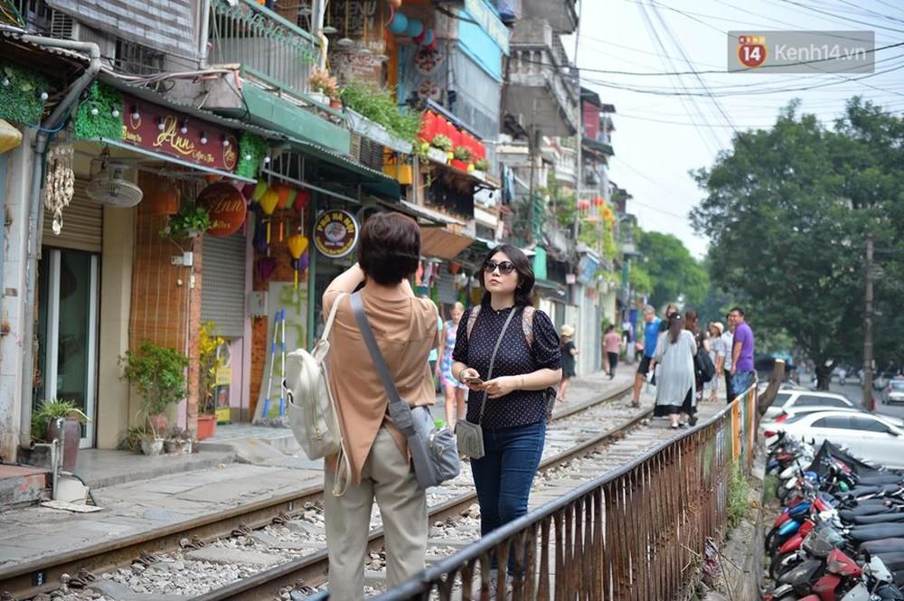 Chùm ảnh: Rào lại các lối lên tự phát, đèn lồng trang trí bị gỡ bỏ nhưng phố đường tàu Hà Nội vẫn đông đúc ngày sáng cuối tuần - Ảnh 11.