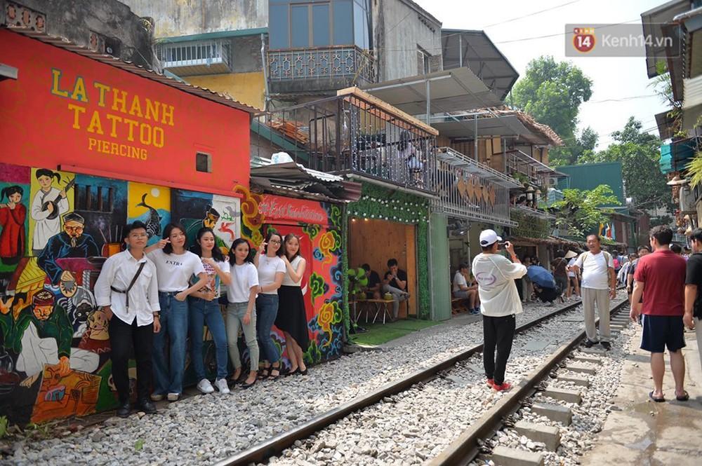 Chùm ảnh: Rào lại các lối lên tự phát, đèn lồng trang trí bị gỡ bỏ nhưng phố đường tàu Hà Nội vẫn đông đúc ngày sáng cuối tuần - Ảnh 13.