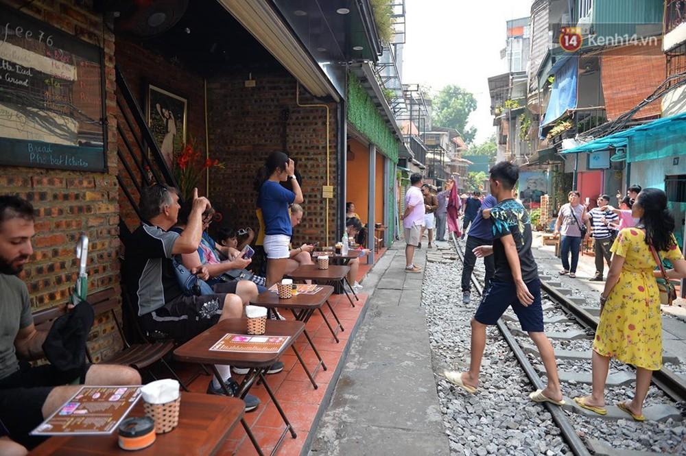 Chùm ảnh: Rào lại các lối lên tự phát, đèn lồng trang trí bị gỡ bỏ nhưng phố đường tàu Hà Nội vẫn đông đúc ngày sáng cuối tuần - Ảnh 14.