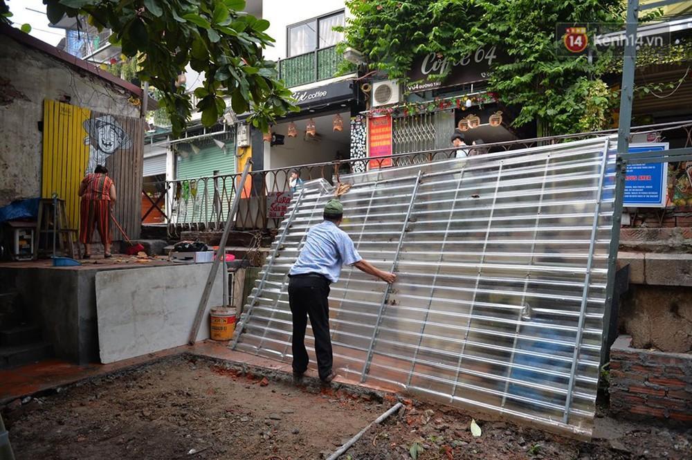 Chùm ảnh: Rào lại các lối lên tự phát, đèn lồng trang trí bị gỡ bỏ nhưng phố đường tàu Hà Nội vẫn đông đúc ngày sáng cuối tuần - Ảnh 3.