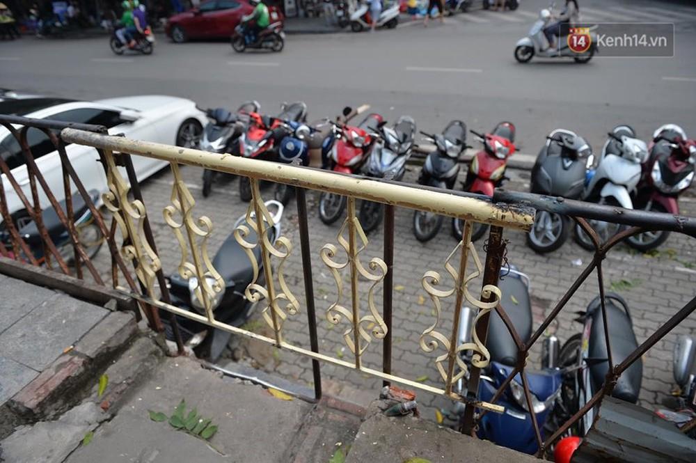 Chùm ảnh: Rào lại các lối lên tự phát, đèn lồng trang trí bị gỡ bỏ nhưng phố đường tàu Hà Nội vẫn đông đúc ngày sáng cuối tuần - Ảnh 5.