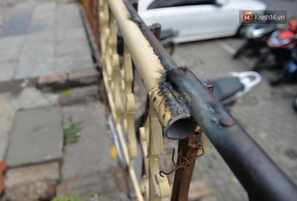 Chùm ảnh: Rào lại các lối lên tự phát, đèn lồng trang trí bị gỡ bỏ nhưng phố đường tàu Hà Nội vẫn đông đúc ngày sáng cuối tuần - Ảnh 6.