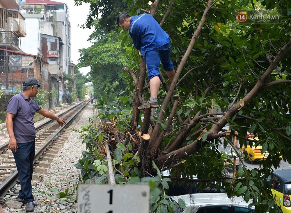 Chùm ảnh: Rào lại các lối lên tự phát, đèn lồng trang trí bị gỡ bỏ nhưng phố đường tàu Hà Nội vẫn đông đúc ngày sáng cuối tuần - Ảnh 7.