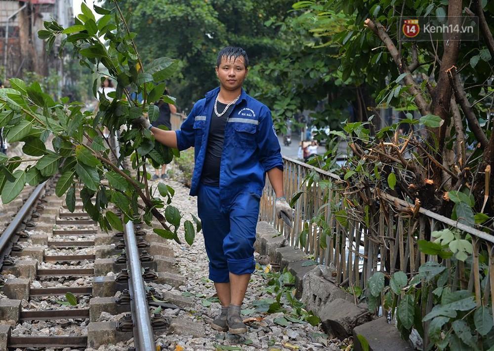 Chùm ảnh: Rào lại các lối lên tự phát, đèn lồng trang trí bị gỡ bỏ nhưng phố đường tàu Hà Nội vẫn đông đúc ngày sáng cuối tuần - Ảnh 8.