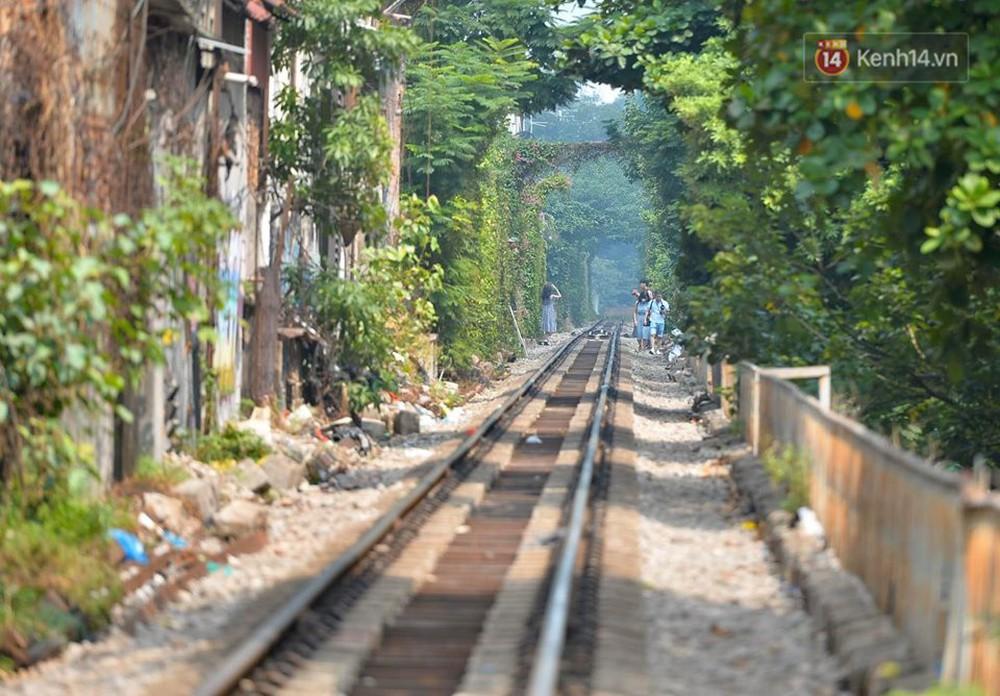 Chùm ảnh: Rào lại các lối lên tự phát, đèn lồng trang trí bị gỡ bỏ nhưng phố đường tàu Hà Nội vẫn đông đúc ngày sáng cuối tuần - Ảnh 9.