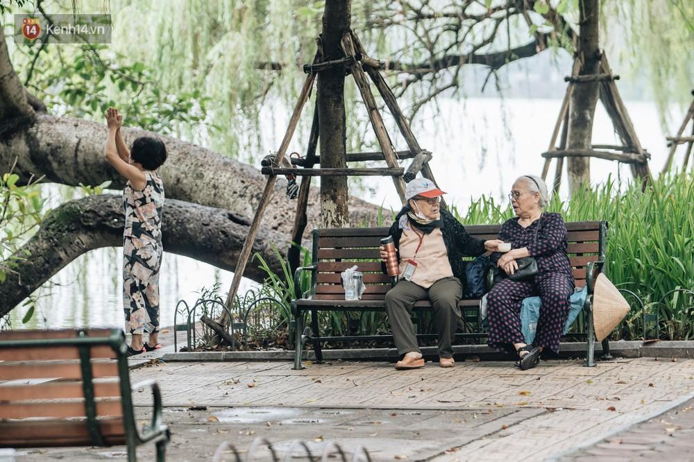 Chùm ảnh: Người Hà Nội khoác thêm áo ấm, thích thú đón nhận chút se lạnh đầu mùa - Ảnh 1.