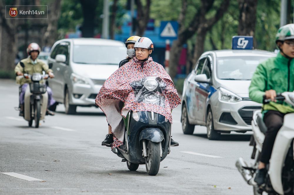 Chùm ảnh: Người Hà Nội khoác thêm áo ấm, thích thú đón nhận chút se lạnh đầu mùa - Ảnh 3.