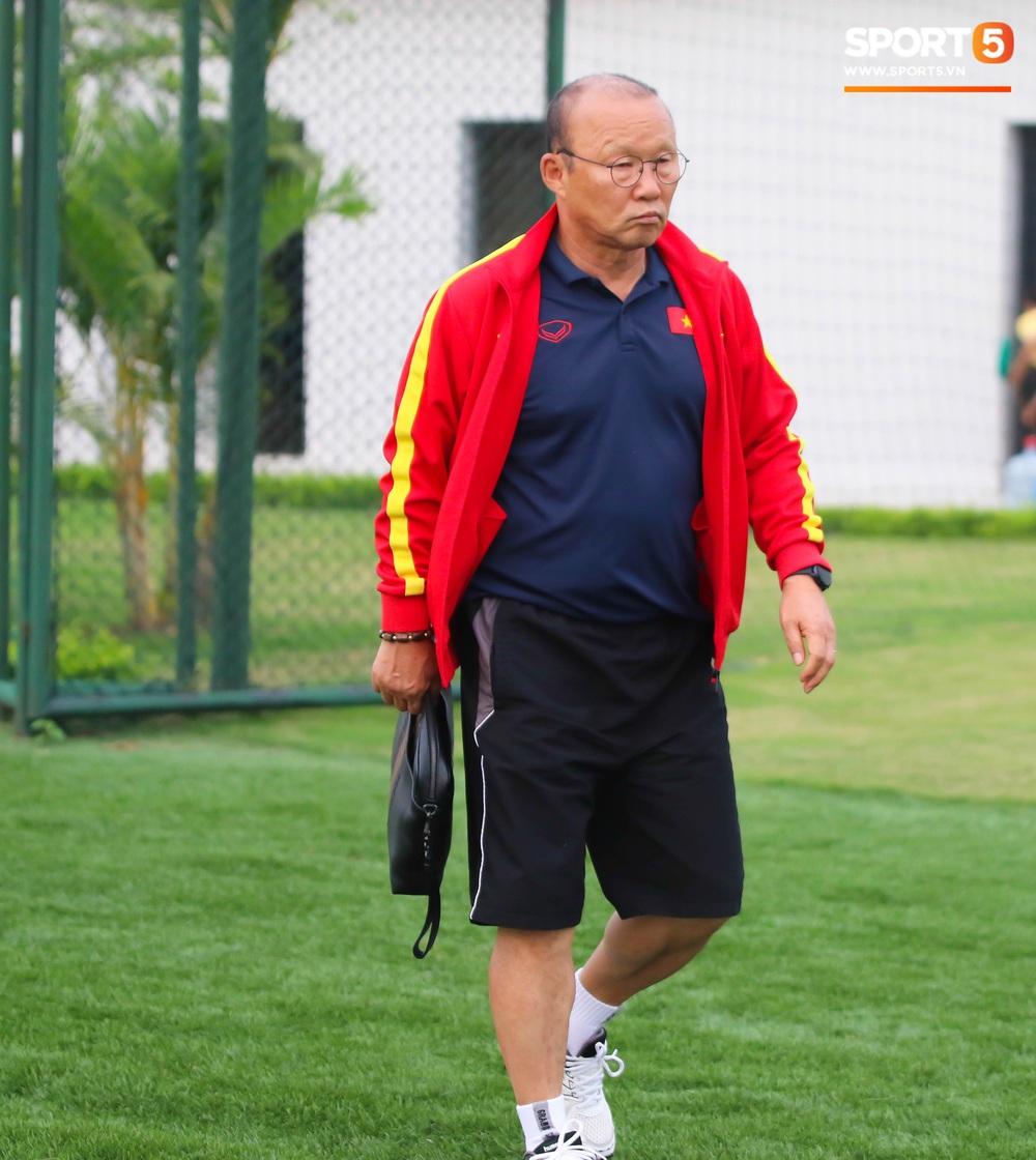 HLV Park Hang-seo đột kích buổi tập của U22 Việt Nam, thủ thành điển trai Phan Văn Biểu sẵn sàng cạnh tranh suất bắt chính ở SEA Games với Bùi Tiến Dũng - Ảnh 1.