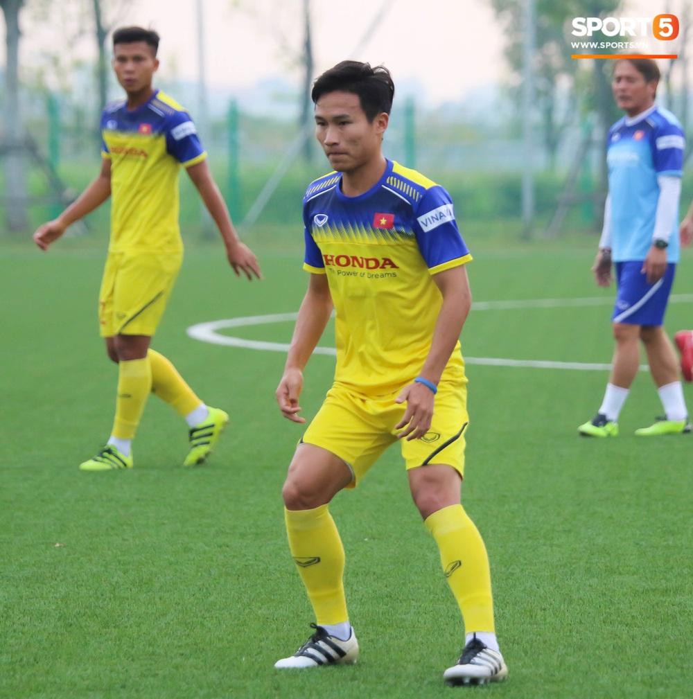HLV Park Hang-seo đột kích buổi tập của U22 Việt Nam, thủ thành điển trai Phan Văn Biểu sẵn sàng cạnh tranh suất bắt chính ở SEA Games với Bùi Tiến Dũng - Ảnh 10.